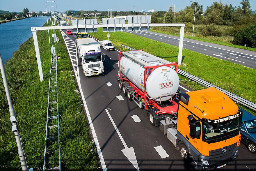 Nederland, Zaanstad, 4 sept 2014<br /> Verkeerssituaties bij Krommenie en Assendelft.<br /> Zwaar verkeer op provinciale weg<br /> Foto: (c) Michiel Wijnbergh