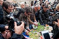 Roma, 9 Novevembre 2012. Manifestazione antiproibizionista in piazza Montecitorio, per l'accesso alla cannabis terapeutica e la depenalizzazione per uso personale della coltivazione della marijuana. Iniziativa è stata promossa dal Partito Radicale. La Polizia sequestra la marijuana.Manifestation prohibitionist for cannabis therapeutics