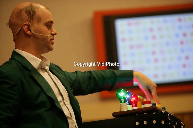 Foto: VidiPhoto..ARNHEM - Seth Raphael (Magic Seth) met zijn High-tect Magic show tijdens de workshop techniek en X-Pollinate aan de Hogeschool Arnhem Nijmegen (HAN) in Arnhem.