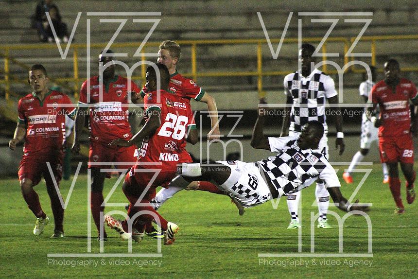 TUNJA - COLOMBIA -12 - 03-2015: Efrain Viafara (Der.) jugador de Boyaca Chico FC disputa el balón con Raúl Loaiza (Izq.) jugador de Patriotas FC, durante partido Boyaca Chico FC y Patriotas FC, de la fecha 9de la Liga Aguila I-2015, jugado en el estadio La Independencia de la ciudad de Tunja. / Efrain Viafara (R) player  of Boyaca Chico FC vies for the ball with Raúl Loaiza (L) player of Patriotas FC, during a match Boyaca Chico FC and Patriotas FC, for the 9 date of the Liga Aguila I-2015 at the La Independencia  stadium in Tunja city, Photo: VizzorImage  / Cesar Melgarejo / Cont.
