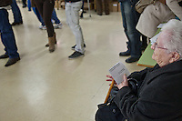 Spagna Barcellona  Elezioni all'assemblea catalana 25 Novembre 2012 Un seggio elettorale nella cittadina di  Gelida (Barcellona) signora anziana in attesa