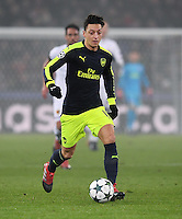 FUSSBALL CHAMPIONS LEAGUE SAISON 2016/2017 GRUPPENPHASE FC Basel - Arsenal London            06.12.2016 Mesut Oezil (Arsenal) am Ball