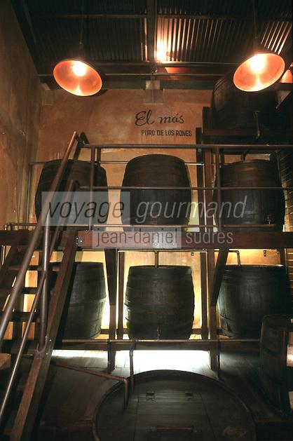 """Cuba/La Havane: """"Muséo de Ron"""" Musée du rhum Calle San Pedro - Les chais de vieillissement - barrique en bois pour les rhums ambrés"""