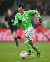 FUSSBALL   1. BUNDESLIGA   SAISON 2012/2013    22. SPIELTAG VfL Wolfsburg - FC Bayern Muenchen                       15.02.2013 Marcel Schaefer (VfL Wolfsburg) Einzelaktion am Ball