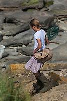 France, Pas-de-Calais (62), Côte d'Opale, Audresselles: Enfants pêcheurs de crevettes  sur le littoral rocheux //  France, Pas de Calais, Cote d'Opale (Opal Coast), Audresselles: Children shrimp fishermen on the rugged coastline