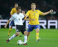 Fussball International  WM Qualifikation 2014   16.10.2012 Deutschland - Schweden Philipp Lahm (li, Deutschland)  gegen Sebastian Larsson (Schweden)