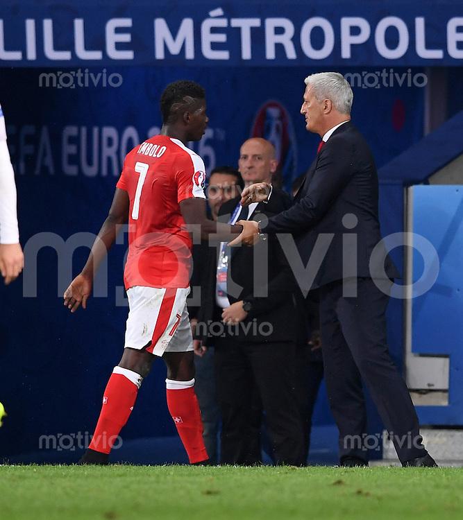 FUSSBALL EURO 2016 GRUPPE A IN LILLE Schweiz - Frankreich     19.06.2016 Wechsel: Breel Embolo (li) und Trainer Vladimir Petkovic (re, beise Schweiz)