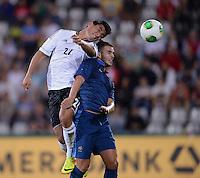 FUSSBALL INTERNATIONAL Laenderspiel Freundschaftsspiel U 21   Deutschland - Frankreich     13.08.2013 Oezkan Yildirim (li, Deutschland) gegen Valentin Eysseric (Frankreich)