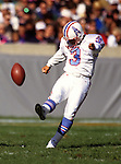 CHICAGO, IL-OCTOBER 22, 2005:  Place Kicker Al Del Greco of the Houston Oilers is pictured in action during an NFL game against the Chicago Bears.  Del Greco played in the NFL from 1984-2000.  (Photo by Ron Vesely)