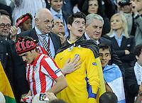 Uefa Europa League Finale Bucharest / Boekarest ; Atletico Madrid 3-0 Athletic Bilbao : doelman Thibaut Courtois bedankt de goden voor hij de Uefa-Cup in de lucht kan tillen .foto DAVID CATRY
