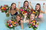 Foto: VidiPhoto<br /> <br /> MAASTRICHT - Geslaagd voor het VWO-examen op het Sint-Maartenscollege in Maastricht, het rijbewijs net binnen en ook nog jarig! Daarom driedubbel feest donderdag voor de 18-jarige Eline (rechts onde) en haar eveneens geslaagde hartsvriendinnen. De dames worden door hun ouders getrakteerd op een verblijf in het luxueuze wellness Hotel Maastricht. Het bijzondere examenfeestje van de vriendinnen start met champagne in het bubbelbad, waarbij de meiden ook bedolven worden onder felicitatieboeketten. Daarna werden de jongedames in de watten gelegd in de beautysalon. Mobiele bloemistenteams van Fleurop rijden donderdag en vrijdag door heel Nederland om geslaagde scholieren spontaan te verrassen met een fleurig boeket. Hangt er een vlag met schooltas aan de gevel? Dan bestaat de kans dat er een gratis felicitatieboeket wordt aangeboden.