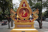 La Reine Sirikit cette fois près d'un autel dedié par la communauté Sikh de Bangkok (ouest, Ratchadapisek , Chao Phraya thanon)
