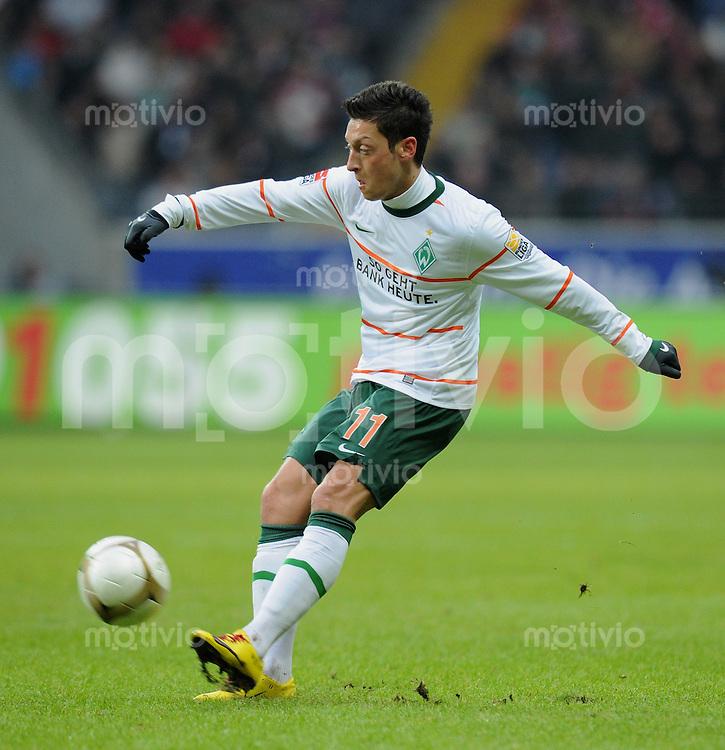 Fussball 1. Bundesliga   Saison   2009/2010  18. Spieltag  16.01.2010 Eintracht Frankfurt - SV Werder Bremen Mesut Oezil  (Werder) am Ball