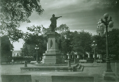 Parque Colón donde se celebró la I Feria Nacional del Libro,  al lado de la Catedral de Santo Domingo en 1951 © Luis Mañón