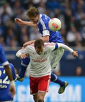FUSSBALL   1. BUNDESLIGA   SAISON 2012/2013    31. SPIELTAG FC Schalke 04 - Hamburger SV          28.04.2013 Benedikt Hoewedes (li, FC Schalke 04) sitzt Rafael van der Vaart (re, Hamburger SV)  im Nacken