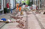Foto: VidiPhoto<br /> <br /> CULEMBORG - Niet de tram zelf, maar wel de tramlijn keert terug in het straatbeeld van Culemborg. Op verzoek van de bewoners van de Havendijk wordt een stuk geschiedenis nieuw leven ingeblazen. Stratenmakers zijn daarom woensdag aan het werk om met blauwe klinkers in de bestrating het beeld van de rails weer terug te roepen. Geen eenvoudige en goedkope klus, volgens het personeel van uitvoerder Gebr. De Ronde uit Beusichem, omdat er aan de stenen veel extra 'knipwerk' moet gebeuren. Daarom zijn de werkzaamheden ook pas volgende week vrijdag gereed. De trams van de zogenoemde TBC-lijn (Tiel-Beusichem-Culemborg) reden tussen 1906 en 1918.
