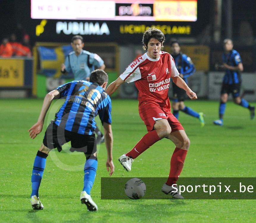 KV Kortrijk - Club Brugge KV : Pablo Chavarria aan de bal voor Thibaut Van Acker.foto VDB / BART VANDENBROUCKE