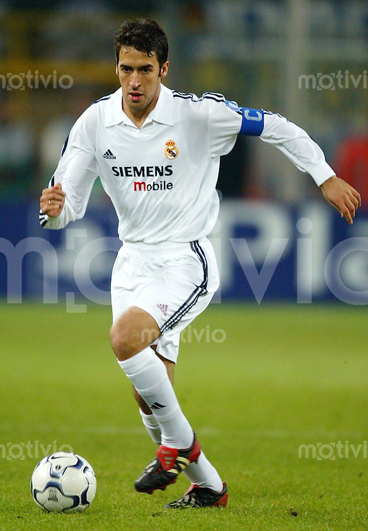 Fussball International Champions League Saison 2002/2003 RAUL, Einzelaktion am Ball Real Madrid