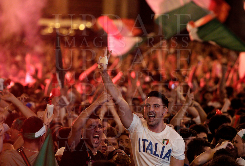 Calcio: Tifosi della Nazionale italiana esultano durante la semifinale dei campionati europei tra Italia e Germania sul maxischermo allestito in Piazza del Popolo, Roma, 28 giugno 2012..Italy Football: Italian fans celebrate during the Euro 2012 football championship semifinal match between Italy and Germany broadcasted on a giant screen set up in Rome, 28 june 2012..UPDATE IMAGES PRESS/Riccardo De Luca