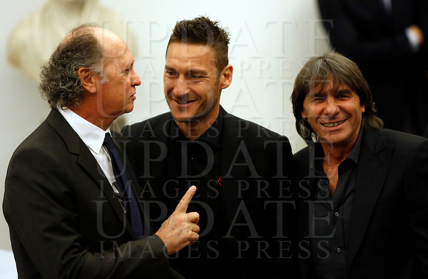I Campioni d'Italia della Roma del 1983 Paolo Roberto Falcao, a sinistra, e Bruno Conti, col capitano Francesco Totti, al centro, alla presentazione del progetto del nuovo Stadio della Roma, in Campidoglio, Roma, 26 marzo 2014.<br />