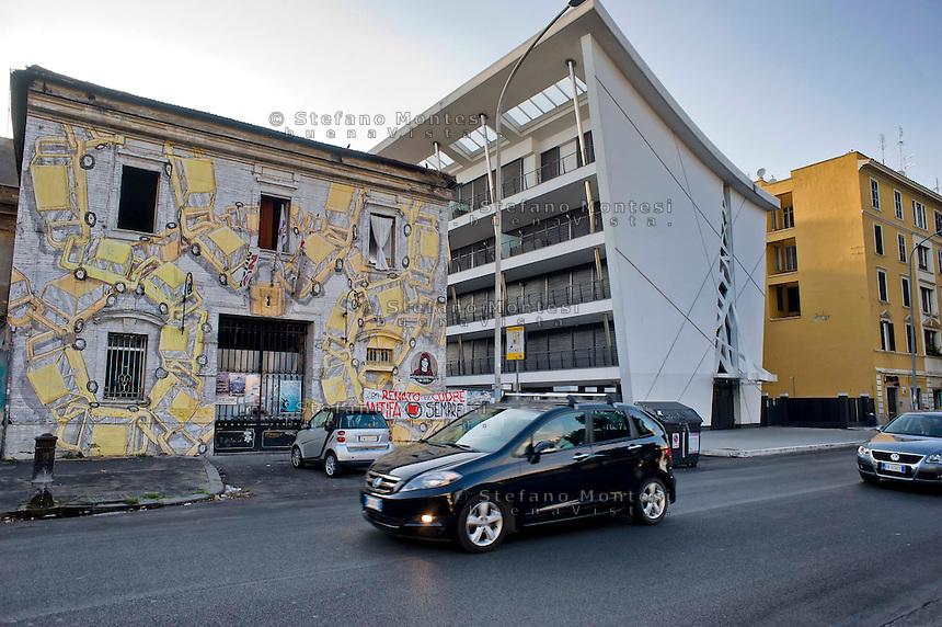 Roma 28 Agosto 2014<br /> Quartiere Ostiense,  via Ostiense un vechio edificio e uno nuovo