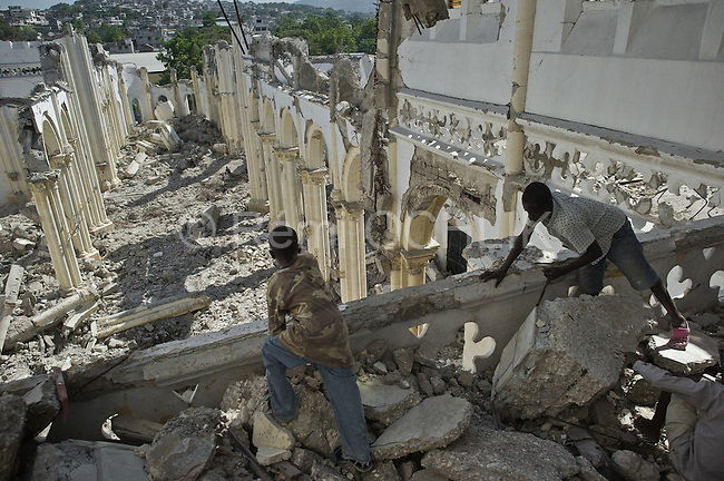 © Remi OCHLIK/IP3 - Port au Prince on 2010 november  31 - PORT-AU-PRINCE - In collapsed Cathedral young haitians try to get back the iron wire in concrete in order to sell it.