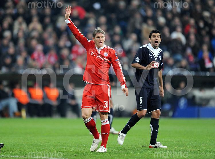 FUSSBALL  International  Champions League  SAISON 2009/2010   03.11.2009 FC Bayern  Muenchen - Girondins Bordeaux Bastian Schweinsteiger (re, FCB) gegen Fernando (Bordeaux)