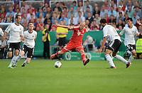 FUSSBALL       DFB POKAL 1. RUNDE        SAISON 2013/2014 BSV Schwarz-Weiss Rehden  - FC Bayern Muenchen  05.08.2013 Alle gegen Einen: Arjen Robben (Mitte, FC Bayern Muenchen) hat es mit vier Gegenspielern zu tun - und kann sich trotzdem durchsetzen