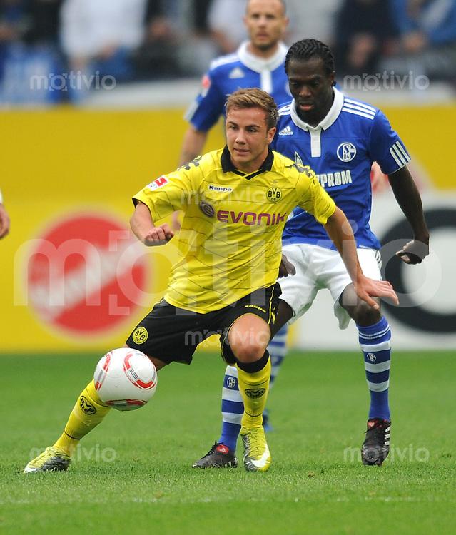Fussball 1. Bundesliga :  Saison   2010/2011   4. Spieltag  19.09.2010 FC Schalke 04 - Borussia Dortmund Mario Goetze (li, Borussia Dortmund) gegen Hans Sarpei (re, FC Schalke 04)