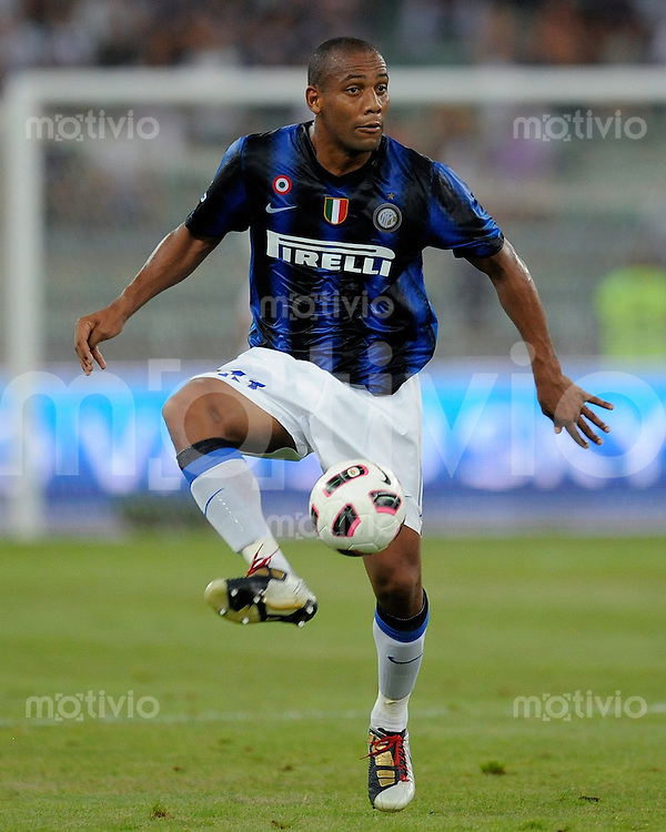 FUSSBALL INTERNATIONAL   SERIE A   SAISON 2010/2011    Tim Trophy, Inter Mailand (blau) -  Juventus Turin (weiss)    13.08.2010 Douglas Maicon (Inter Mailand)