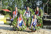 FIERLJEPPEN: GRIJPSKERK: 27-08-2016, Nederlands Kampioenschap Fierljeppen/Polsstokverspringen, v.l.n.r. Ricardo Faaij mei 18.72 meter (junioren), Bart Helmholt 20.41 meter (heren), Reinier Overbeek, 17.95 meter (jongens), (geknield) Dymphie van Rooijen 15.35 meter (dames), Sigrid Bokma, 14.82 meter (meisjes), ©foto Martin de Jong