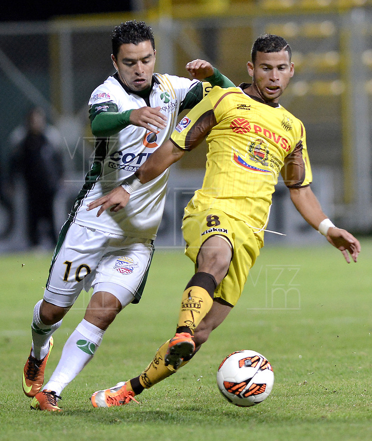BOGOTÁ -COLOMBIA, 07-08-2013. Stalin Motta de Equidad disputa el balón con Gerardo Mendoza de Trujillanos durante partido de la primera fase en la Copa Total Sudamericana 2013 jugado en el estadio Metropolitano de Techo en Bogotá./ Equidad player Stalin Motta struggles for the ball with Trujillanos player Gerardo Mendoza during match of the first phase in the Copa Total Sudamericana 2013 played at Metropolitano stadium of Techo in Bogota city. VizzorImage/ Gabriel Aponte/ STR