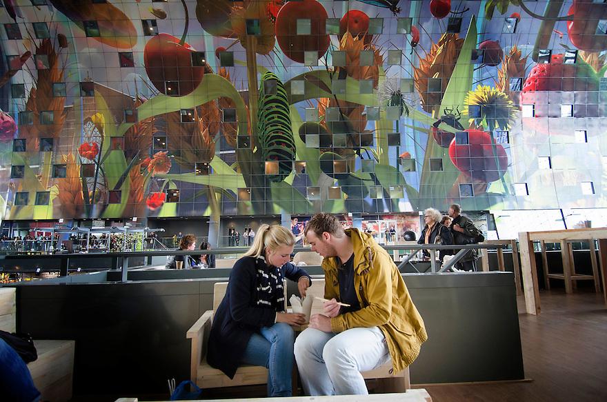 10okt2014<br /> Plek waar je je beneden gekochte maaltijd kan opeten in de nieuwe markthal in Rotterdam.<br /> (c)renee teunis