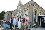Foto: VidiPhoto<br /> <br /> CAPELLE A/D IJSSEL - Aart-Jan Damsteeg uit Capelle a/d IJssel, beheerder van het Jan Anne Beijerinckgemaal, met zijn gezin voor het gemaal, dat tegelijkertijd ook hun woning is.