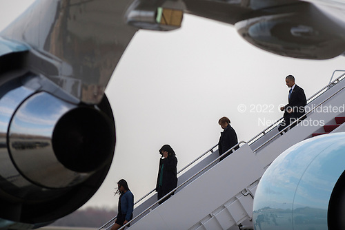 United States President Barack Obama (R), with his mother in law Marion Robinson (2-R), First Lady Michelle Obama (2-L) and daughter Sasha (L), step off Air Force One at Joint Base Andrews, Maryland, USA, 25 March 2016. President Obama returned on the over night flight from his trip to Cuba and Argentina.<br /> Credit: Shawn Thew / Pool via CNP