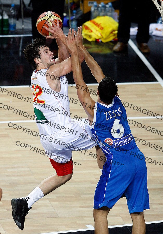 Sergio LLULL (Spain)  passes Nikos ZISIS (Greece) during the eight-finals World championship basketball match against Greek in Istanbul, Spain-Greek, Turkey on Saturday, Sep. 04, 2010.(Novak Djurovic/Starsportphoto.com).