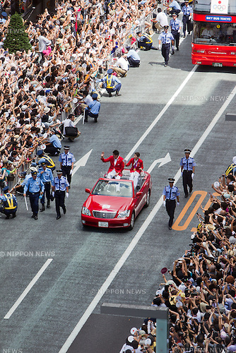 August 20, 2012, Tokyo, Japan - Two convertibles and five buses carrying the Japan Olympic medalists drove through the Ginza district of Tokyo as they greeted their loyal fans. Over 100,000 people filled the streets of Tokyo's Ginza district to honor Japan's returning medalists from the London Olympics. The Japan team won a total of 38 medals in London, the most ever by a Japan team. (Photo by Christopher Jue/AFLO)