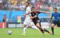 FUSSBALL WM 2014  VORRUNDE    GRUPPE G USA - Deutschland                  26.06.2014 Miroslav Klose (re, Deutschland) enteilt Kyle Beckerman (li, USA)