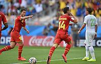 FUSSBALL WM 2014  VORRUNDE    Gruppe H     Belgien - Algerien                       17.06.2014 Dries Mertens (Mitte) bejubelt seinen Treffer zum 2:1. Eden Hazard (li, beide Belgien) eilt zur gratulation herbei und Mehdi Mostefa (re, Algerien) wenden sich  ab