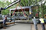 Foto: VidiPhoto<br /> <br /> ARNHEM - Amsterdam helpt Arnhem een handje met een tram en twee bijwagen. Het materiaal kwam dinsdag in convooi op drie diepladers aan bij het Nederlands Openluchtmuseum, waar het komend weekend gebruikt gaat worden voor een evenement rond historisch stads- en streekvervoer. Naast het eigen trammaterieel van het museum, zijn nu ook de motorwagen en twee bijwagens van de EMA (Stichting Electrische Museumtramlijn Amsterdam), naast een tiental historische bussen te bewonderen. De komende dagen worden de trambestuurders van het Openluchtmuseum ge&iuml;nstrueerd voor het rijden met de Amsterdamse trams. Tijdens het evenement, dat tevens een opmaat is voor volgend jaar naar het 20-jarig bestaan van de tram in het museum, worden ook diverse modeltrambanen getoond.