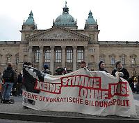 Studentenproteste gegen Zustand und Form des Deutschen Bildungssystems an den Hochschulen und Universitäten. Foto: Norman Rembarz....Norman Rembarz , ( ASV-Autorennummer 41043728 ), Holbeinstr. 14, 04229 Leipzig, Tel.: 01794887569, Hypovereinsbank: BLZ: 86020086, KN: 357889472, St.Nr.: 231/261/06432 - Jegliche kommerzielle Nutzung ist honorar- und mehrwertsteuerpflichtig! Persönlichkeitsrechte sind zu wahren. Es wird keine Haftung übernommen bei Verletzung von Rechten Dritter. Autoren-Nennung gem. §13 UrhGes. wird verlangt. Weitergabe an Dritte nur nach  vorheriger Absprache...GPS:  Länge - E12°22.244' .            Breite - N51°19.983'