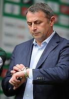 FUSSBALL   1. BUNDESLIGA   SAISON 2011/2012    1. SPIELTAG SV Werder Bremen - 1. FC Kaiserslautern             06.08.2011 Manager Klaus ALLOFS (SV Werder Bremen) blickt auf die Uhr
