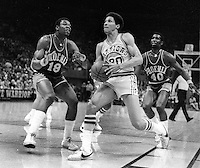 Warriors Phil Smith drives past Phoenix Suns Curtis Perry and Ricky Sobers.(1976 photo/Ron Riesterer)