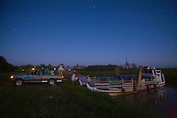 Night has fallen when Carlos' pickup arrives at the moorage. They still have to unload and then stow the 160 hives, which leave the next day for the alluvial islands.