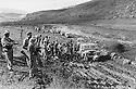 Iraq 1974 <br /> The resumption of hostilities, transport of officials by Land Rover on a muddy track  <br /> Irak 1974 <br /> La reprise de la lutte arm&eacute;e, transport d'officiels sur des chemins boueux