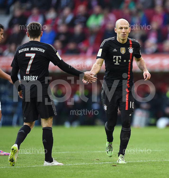 Fussball  1. Bundesliga  Saison 2014/2015  15. Spieltag  FC Augsburg - FC Bayern Muenchen     13.12.2014 Arjen Robben (re, FC Bayern Muenchen) klatscht Franck Ribery (FC Bayern Muenchen) ab