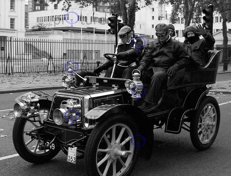 London to Brighton Veteran Car Run, London, UK, 06 November 2011:  Contact: Rich@Piqtured.com +44(0)7941 079620 (Picture by Richard Goldschmidt)