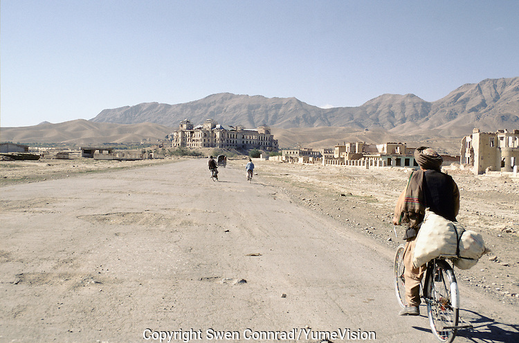 The road to the National Museum and the Darulaman King Palace in 1999..Under the Taleban government in 1996-2001, the National Museum star to be rebuild. Kabul, Afghanistan.
