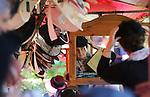 Foto: VidiPhoto<br /> <br /> ECHTELD - Bij restaurant De Oude Duikenburg in Echteld zijn dinsdag voor het 23e achtereenvolgende jaar de zogenoemde Duikenburgse Dagen begonnen. Drie dagen lang kunnen bezoekers uit de reformatorische achterban gratis de 250 stands bezoeken en er hun 'verantwoorde' aankopen doen. Duizenden bezoekers uit het hele land kwamen dankzij het mooie weer dinsdag naar Echteld. De Duikenburgse Dagen trekken ieder jaar tussen de 15.000 en 20.000 bezoekers.