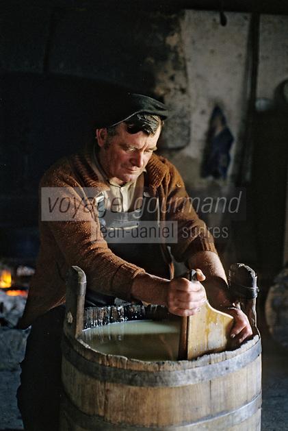 Europe/France/Auvergne/12/Aveyron&nbsp;: Aubrac - Fabrication de la &quot;Fourme de Laguiole&quot; au buron de Canut [Non destin&eacute; &agrave; un usage publicitaire - Not intended for an advertising use]  <br /> PHOTO D'ARCHIVES // ARCHIVAL IMAGES<br /> FRANCE 1980
